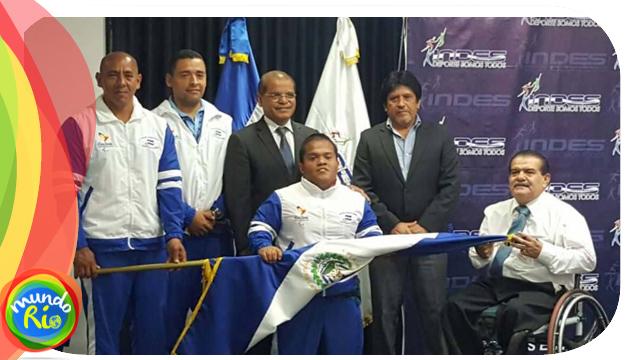 Herbert Aceituno recibió esta mañana el pabellón nacional. /Foto INDES