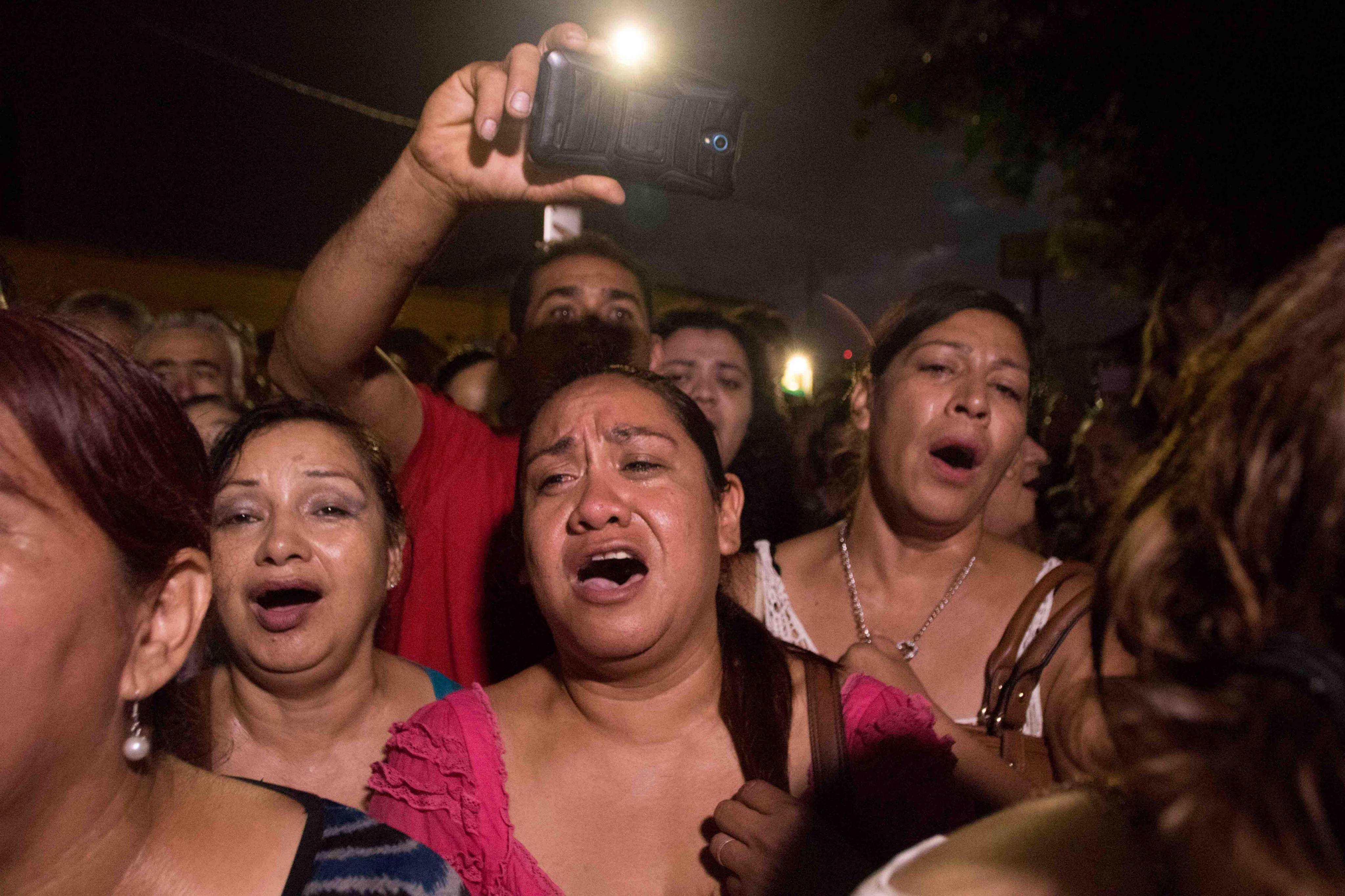 MEX30. CIUDAD JUÁREZ (MÉXICO), 28/08/2016.- Cientos de personas lloran y cantan las canciones de Juan Gabriel a las afueras de su casa hoy, domingo 28 de agosto de 2016, en Ciudad Juárez, en el estado de Chihuahua (México). La sorpresiva muerte del cantante Juan Gabriel de un infarto al corazón a los 66 años ha causado una enorme conmoción en su natal México, donde se preparan para homenajear a esta estrella internacional que es considerada el máximo exponente de la música popular del país. EFE/Alejandro Bringas