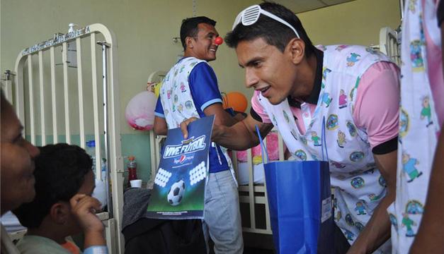 Iván Garrido, jugador de Alianza, obsequia un presente a un pequeño del hospital. /Alianza