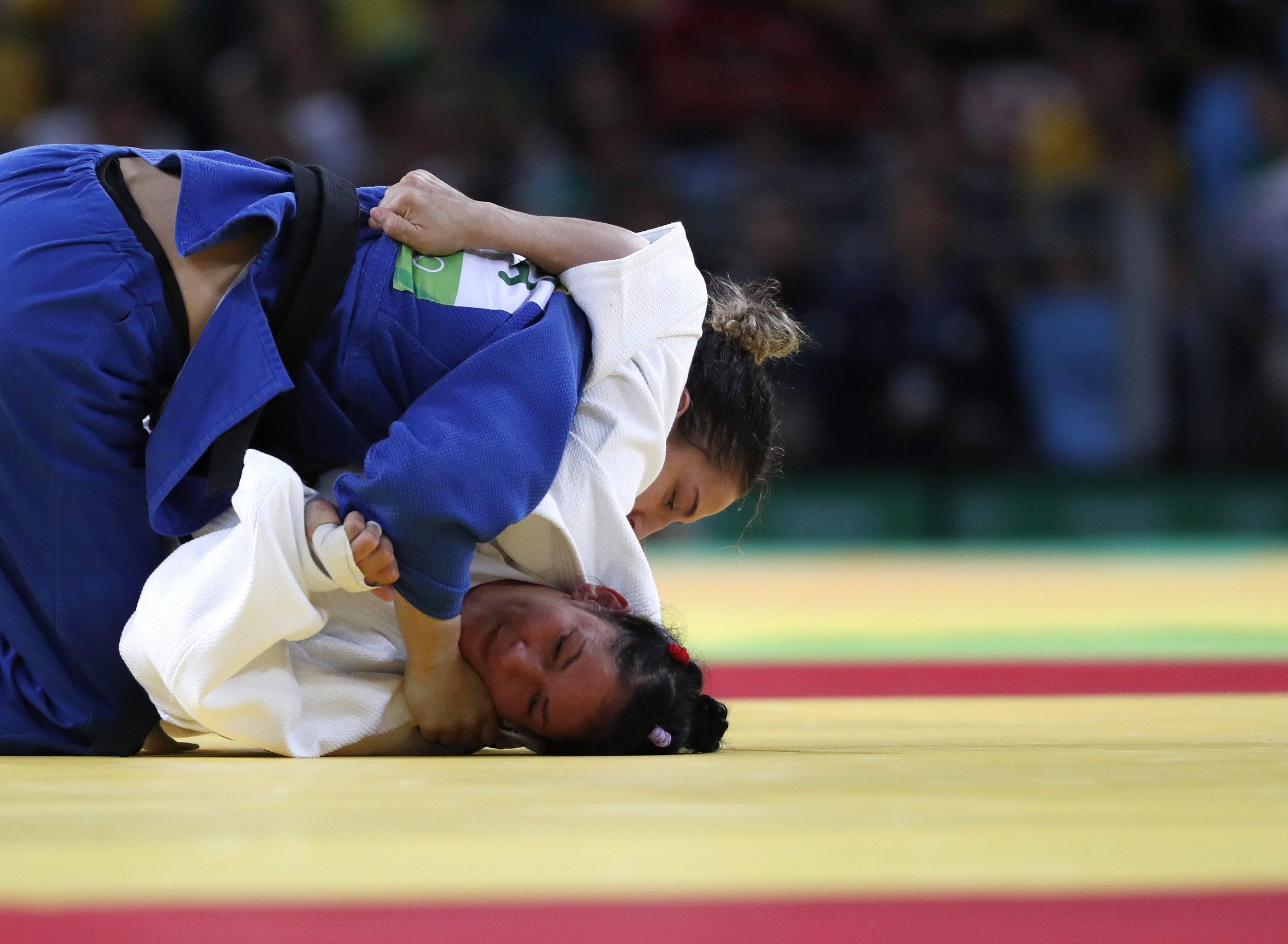 JJOO523. RÍO DE JANEIRO (BRASIL), 11/08/2016.- Mayra Aguiar de Brasil (i) compite con Yalennis Castillo (d) de Cuba en un combate de judo en la categoría 78kg de los Juegos Olímpicos Río 2016 hoy, jueves 11 de agosto de 2016, en el Arena Carioca 2 del Parque Olímpico en Río de Janeiro. EFE/ORLANDO BARRÍA