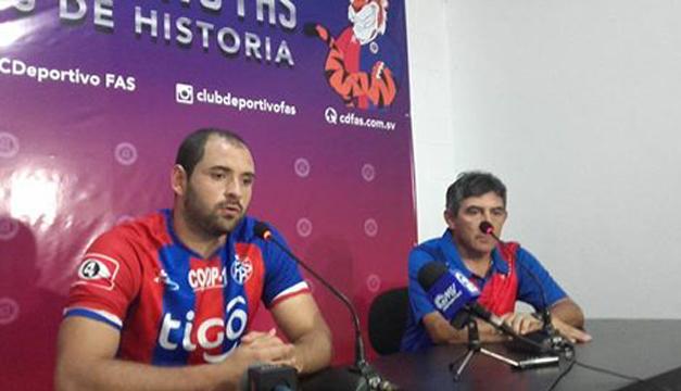 Fotografía: Facundo Simioli junto al DT Osvaldo Escudero. /C.D. FAS