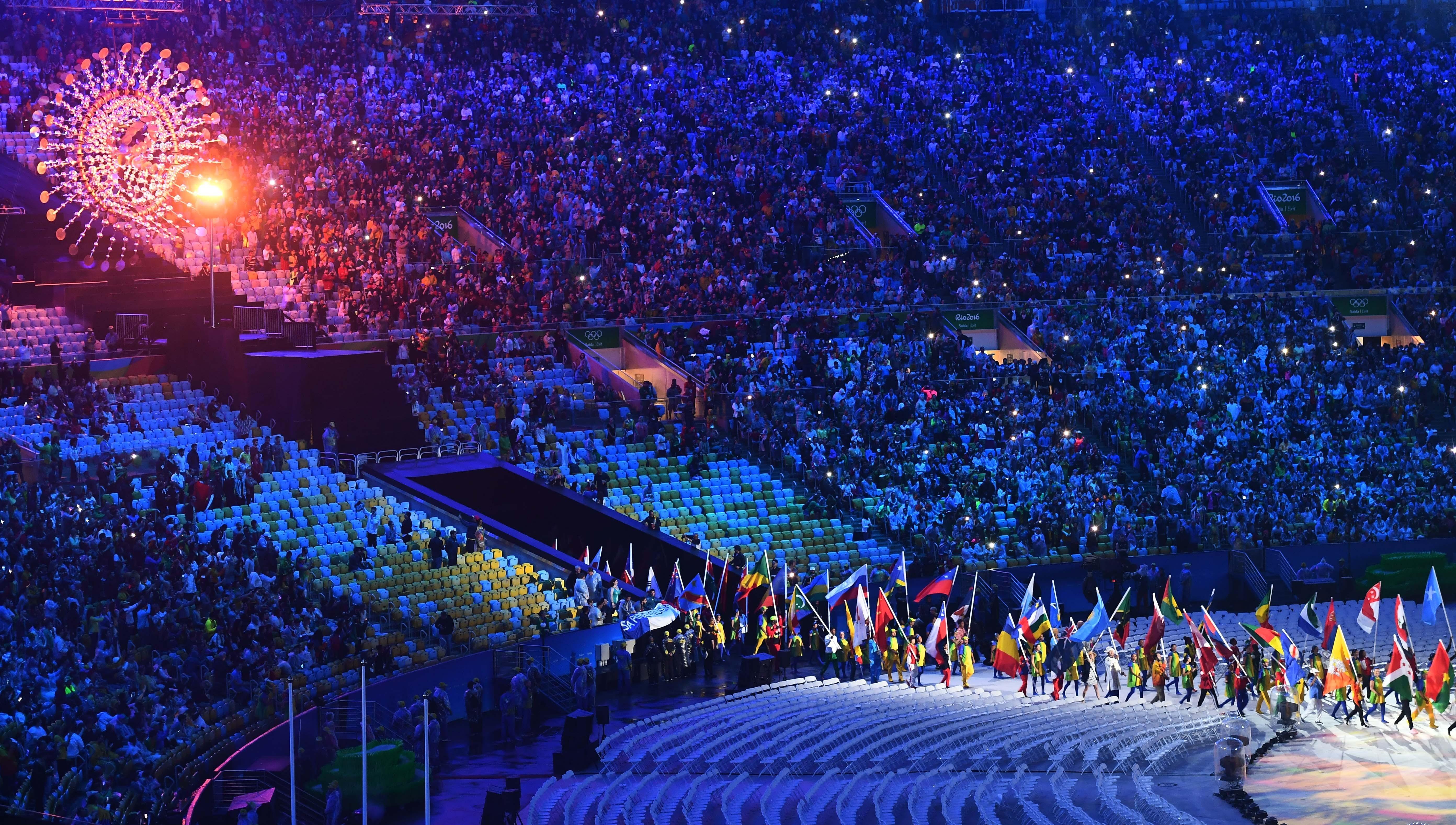 (160821) -- RIO DE JANEIRO, agosto 21, 2016 (Xinhua) -- Abanderados de las delegaciones olímpicas, entran al Estadio Maracaná, durante la ceremonia de clausura de los Juegos Olímpicos de Río de Janeiro 2016, en el Estadio Maracaná, en Río de Janeiro, Brasil, el 21 de agosto de 2016. (Xinhua/Yan Yan) (rtg) (ce)