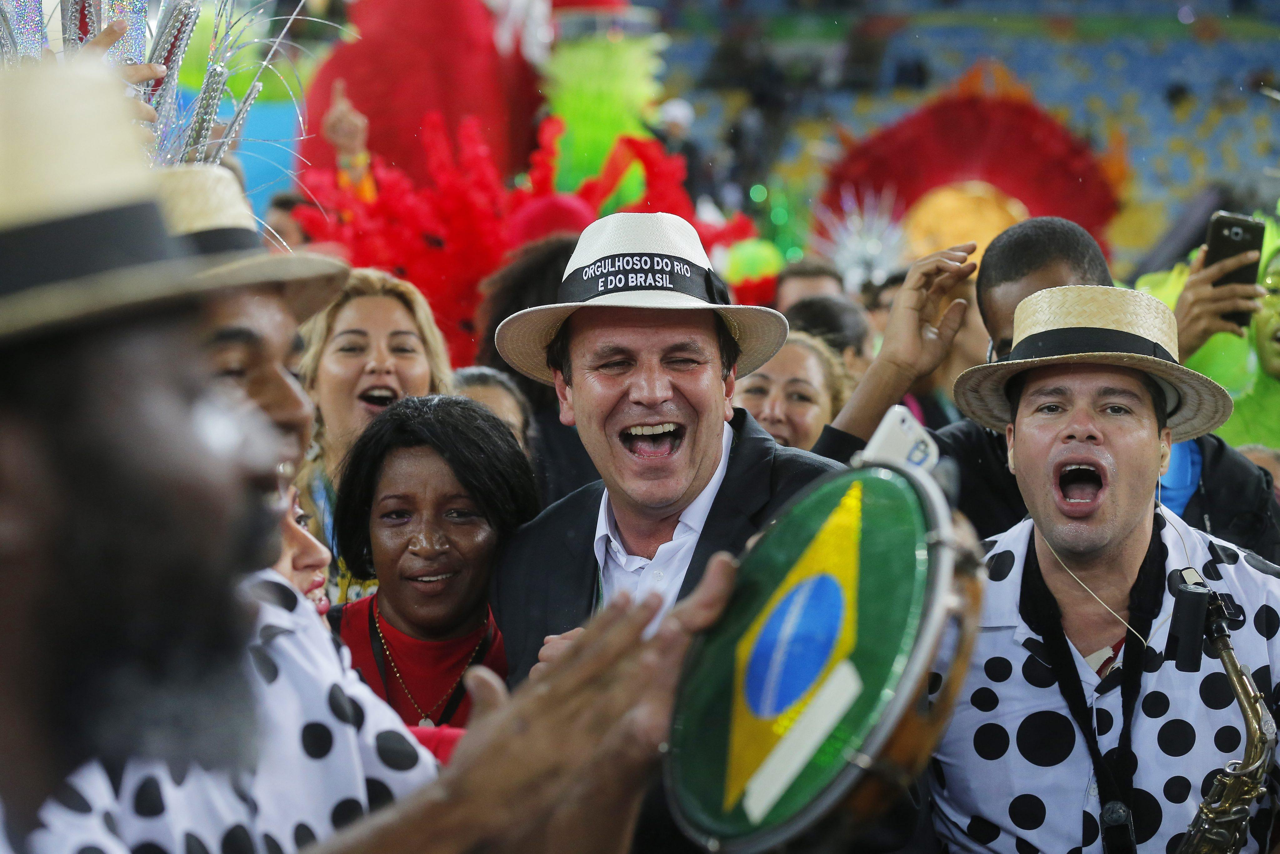 . Rio De Janeiro (Brazil), 21/08/2016.- Rio de Janeiro mayor Eduardo Paes (C) attends the Closing Ceremony of the Rio 2016 Olympic Games at the Maracana Stadium in Rio de Janeiro, Brazil, 21 August 2016. (Brasil) EFE/EPA/SERGEI ILNITSKY