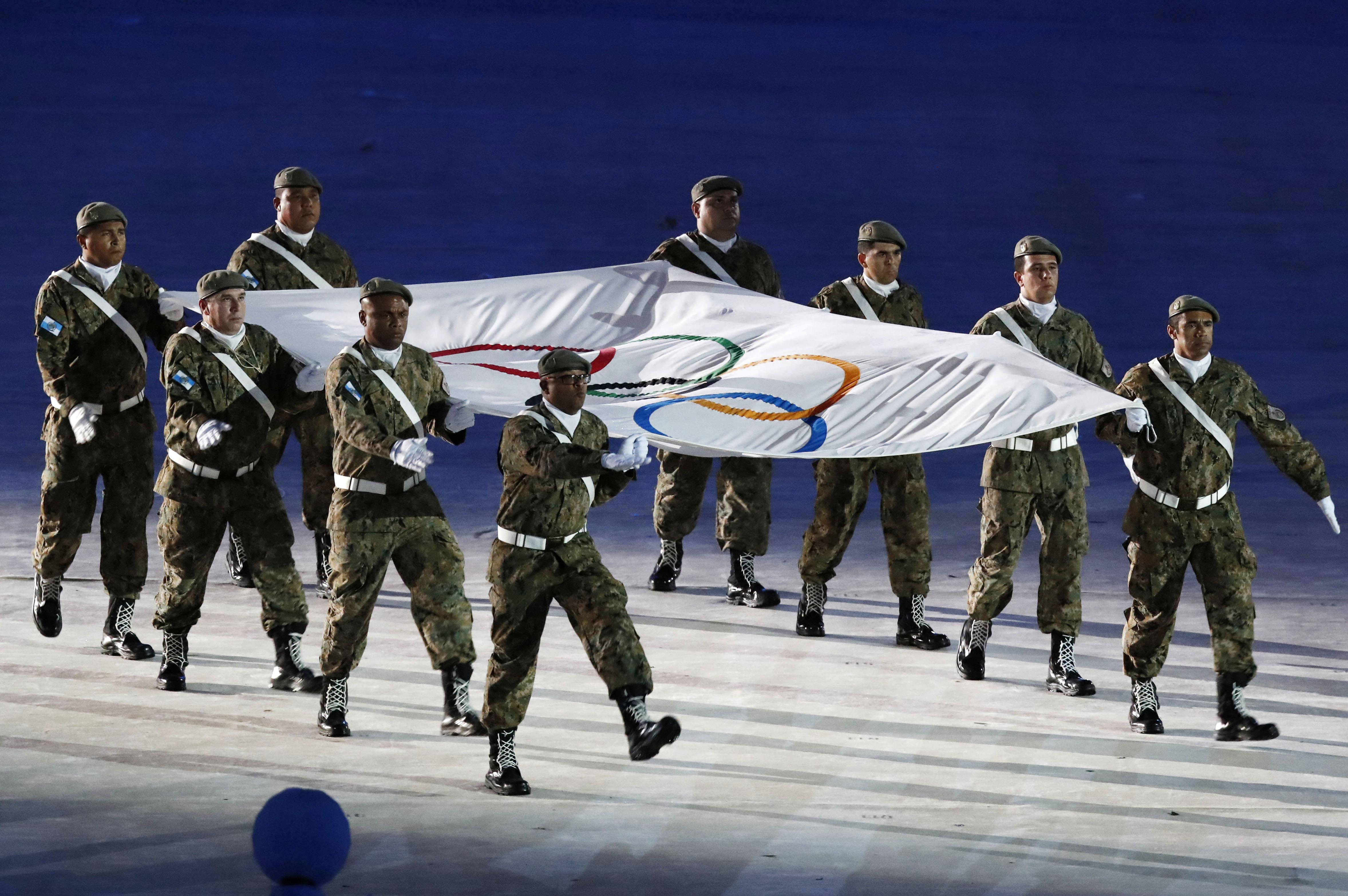 (160821) -- RIO DE JANEIRO, agosto 21, 2016 (Xinhua) -- Soldados cargan la bandera olímpica durante la ceremonia de clausura de los Juegos Olímpicos de Río de Janeiro 2016, en el Estadio Maracaná, en Río de Janeiro, Brasil, el 21 de agosto de 2016. (Xinhua/Han Yan) (rtg) (ce)