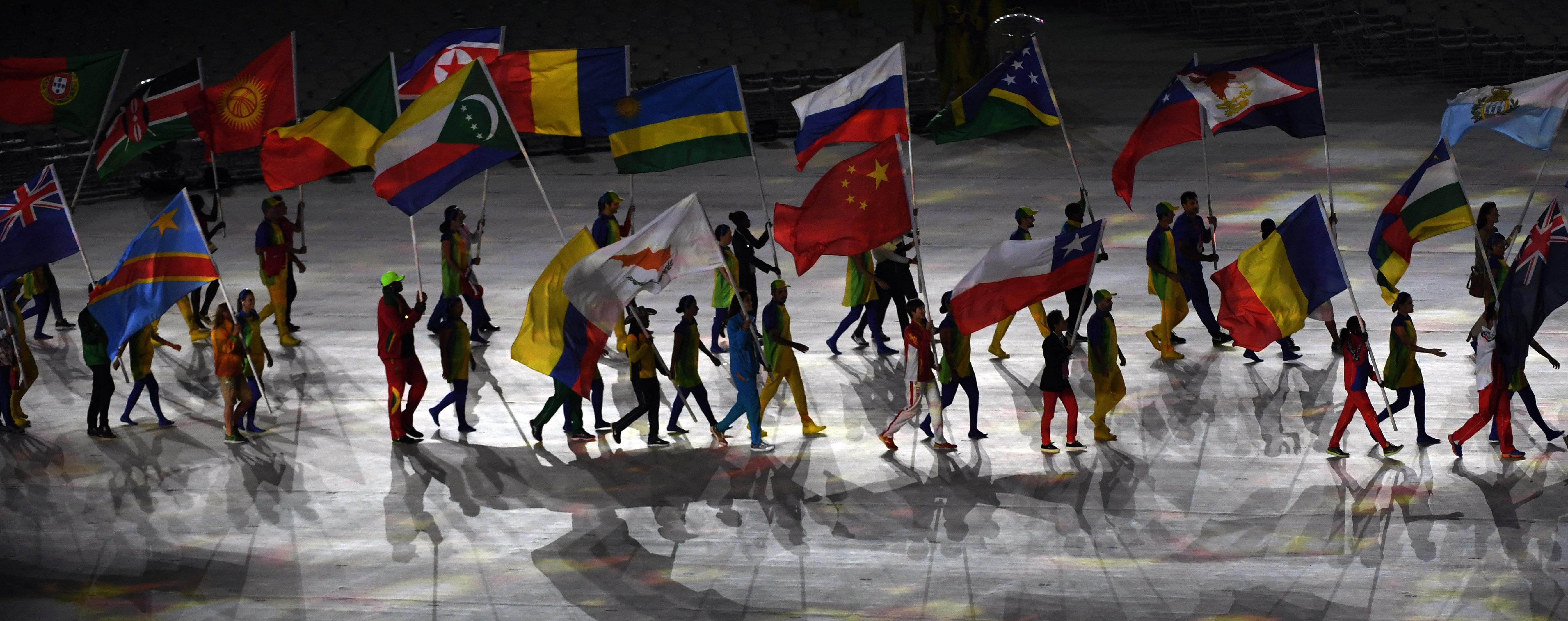 (160821) -- RIO DE JANEIRO, agosto 21, 2016 (Xinhua) -- Abanderados de las delegaciones olímpicas entran al Estadio Maracaná durante la ceremonia de clausura de los Juegos Olímpicos de Río de Janeiro 2016, en el Estadio Maracaná, en Río de Janeiro, Brasil, el 21 de agosto de 2016. (Xinhua/Yan Yan) (rtg) (ce)