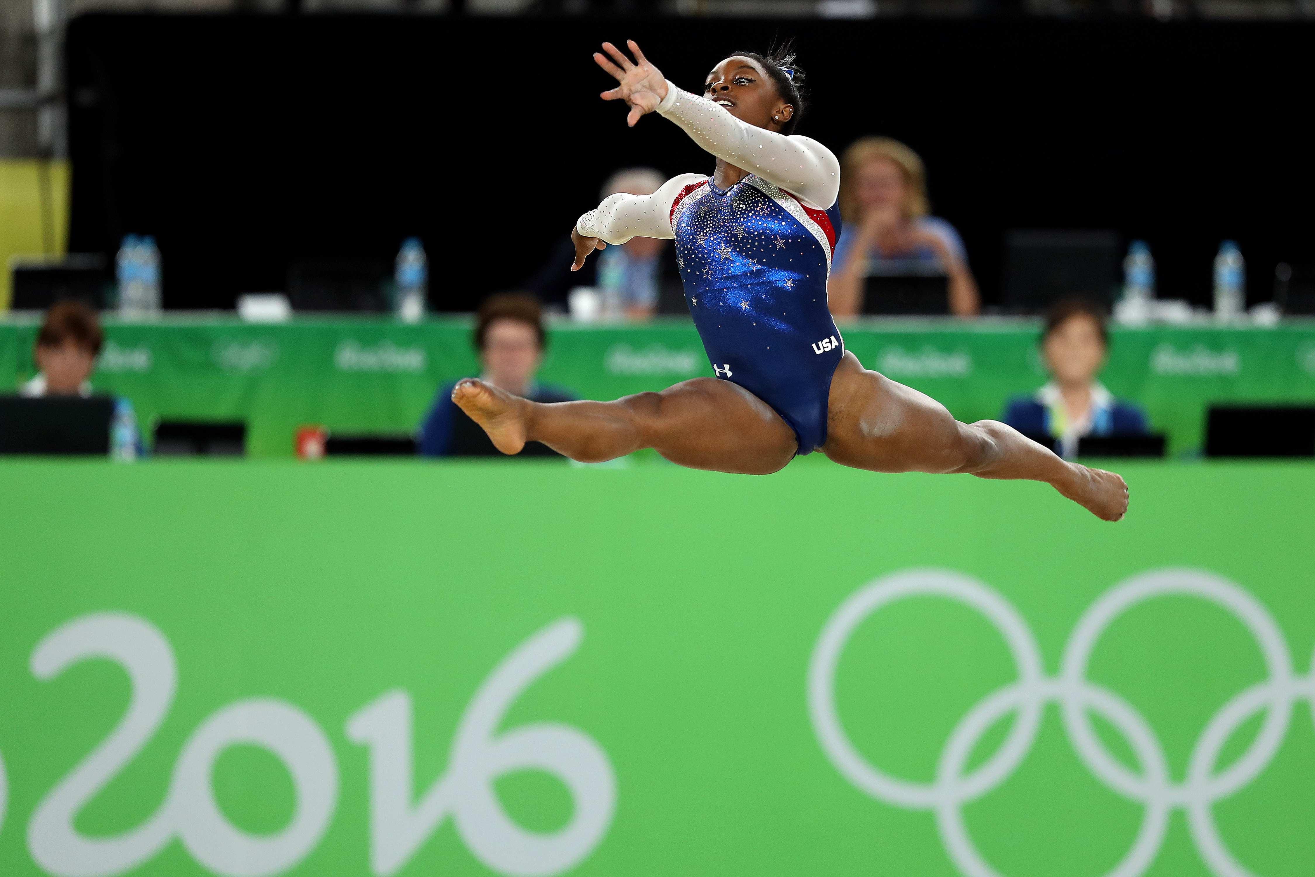JJOO334. RÍO DE JANEIRO (BRASIL), 11/08/2016.- La gimnasta estadounidense Simone Biles, ganadora de la medalla de oro, participa en la competencia múltiple femenina de gimnasia artística hoy, jueves 11 de agosto de 2016, en las Olimpiadas Río 2016, en la Arena Olímpica de Río de Janeiro (Brasil). EFE/Marcelo Sayão