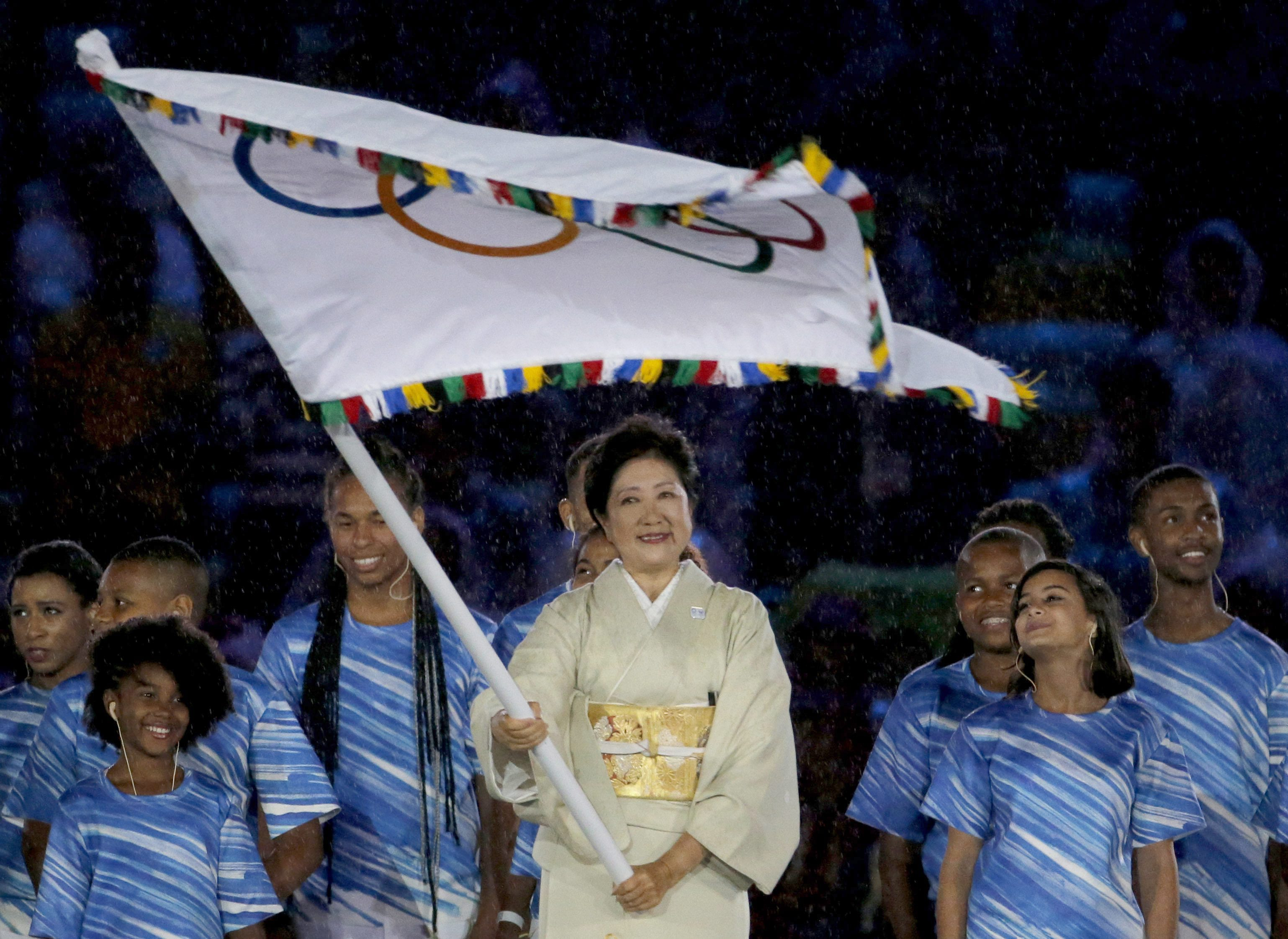 . Rio De Janeiro (Brazil), 21/08/2016.- Tokyo governor Yuriko Koike waves the Olympic Flag during the Closing Ceremony of the Rio 2016 Olympic Games at the Maracana Stadium in Rio de Janeiro, Brazil, 21 August 2016. (Tokio, Brasil) EFE/EPA/SERGEI ILNITSKY