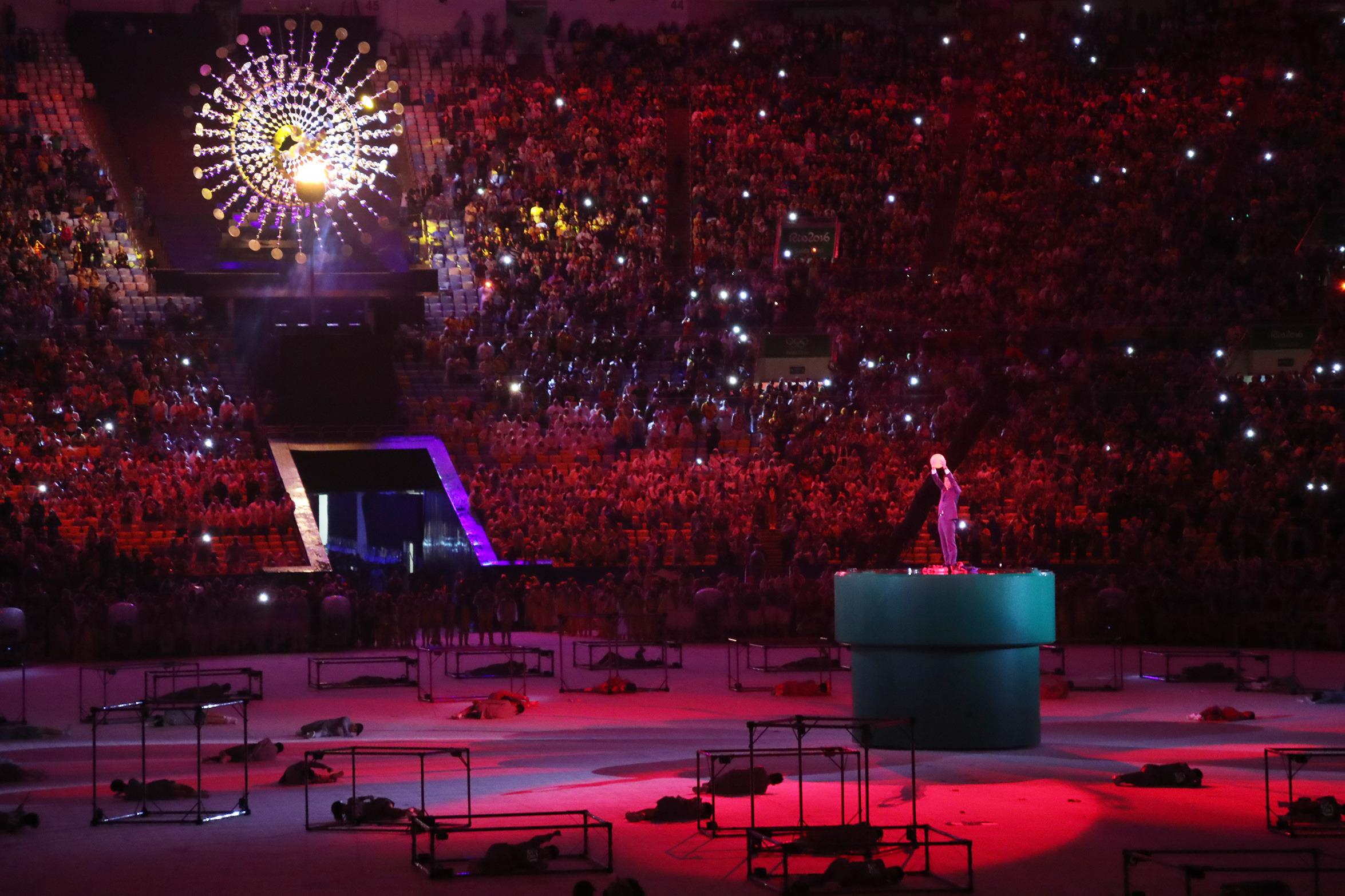 (160821) -- RIO DE JANEIRO, agosto 21, 2016 (Xinhua) -- El primer ministro de Japón, Shinzo Abe, sostiene un balón durante la ceremonia de clausura de los Juegos Olímpicos de Río de Janeiro 2016, en el Estadio Maracaná, en Río de Janeiro, Brasil, el 21 de agosto de 2016. Los Juegos Olímpicos del año 2020 se llevarán a cabo en Japón. (Xinhua/José Pazos/NOTIMEX) (rtg) (ce)
