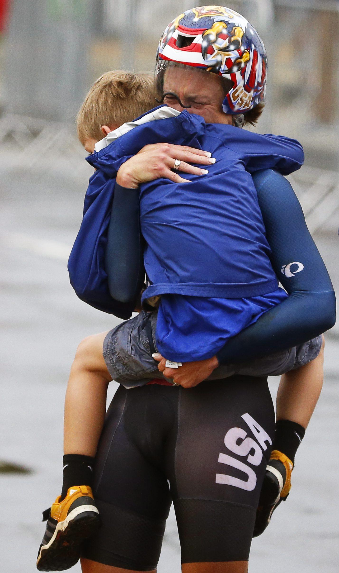 ROA22. RÍO DE JANEIRO (BRASIL), 10/08/2016.- La deportista Kristin Armstrong de Estados Unidos abraza a su hijo Lucas William Savola luego de ganar la medalla de oro hoy, miércoles 10 de agosto de 2016, en la competencia individual contrarreloj femenina, de ciclismo de ruta, durante los Juegos Olímpicos Río 2016, en el Pontal de Río de Janeiro (Brasil). EFE/JAVIER ETXEZARRETA