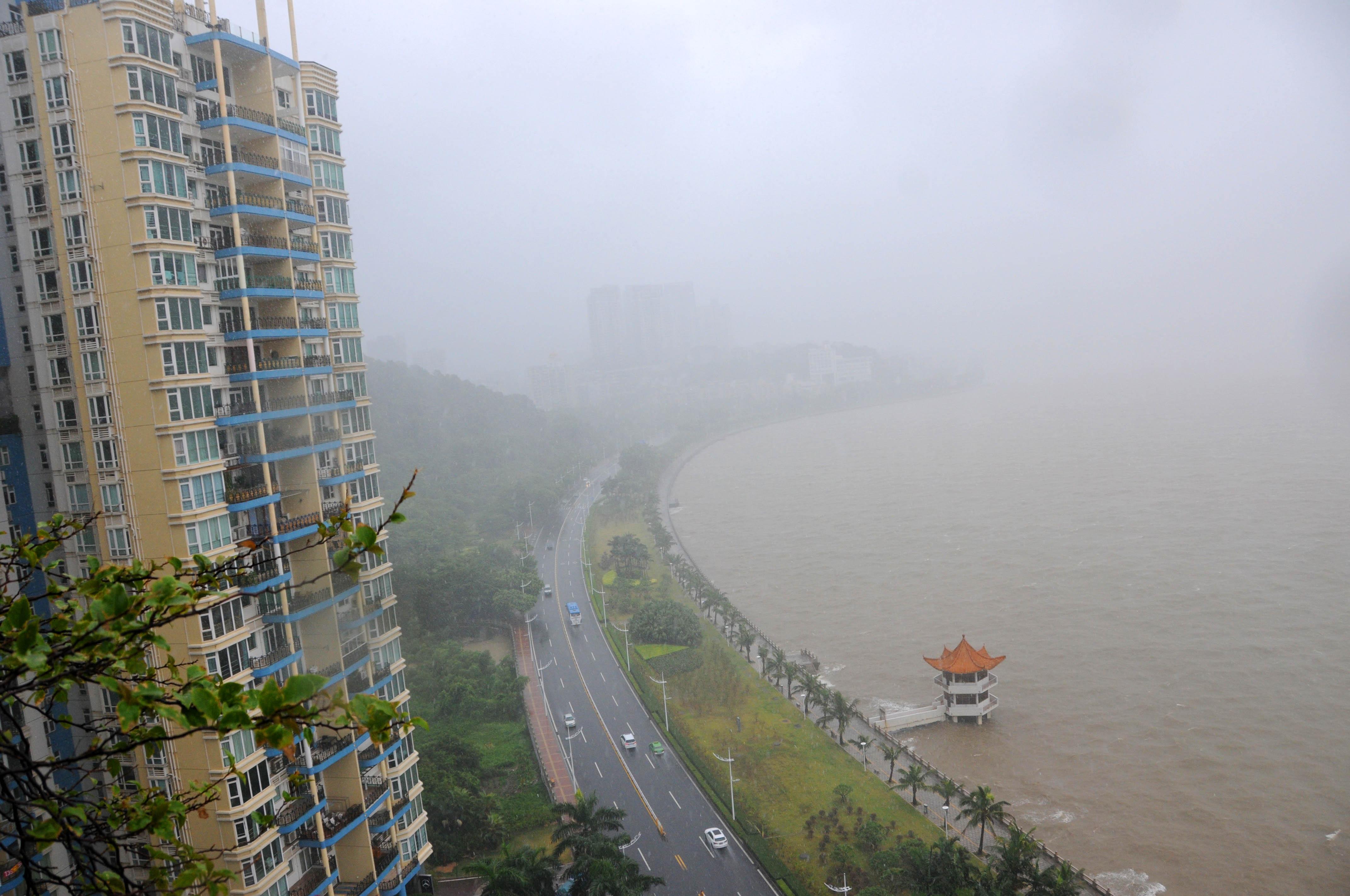 (160802) -- GUANGDONG, agosto 2, 2016 (Xinhua) -- Vista de la lluvia y niebla en Zhuhai, en la provincia de Guangdong, en el sur de China, el 2 de agosto de 2016. El tifón Nida tocó tierra a las 3:35 horas del martes en la península Dapeng de la ciudad de Shenzhen, en la provincia de Guangdong, en el sur de China, informaron las autoridades meteorológicas locales. El fuerte tifón, con vientos de hasta 151.2 kilómetros por hora, se está desplazando hacia el noroeste con una velocidad de 25 kilómetros por hora, y está previsto que azote las ciudades de Shenzhen, Dongguan, Guangzhou, Foshan y Zhaoqing, así como la vecina región autónoma de la etnia zhuang de Guangxi, según las autoridades meteorológicas provinciales de Guangdong. (Xinhua/Zhou Ke) (ah)