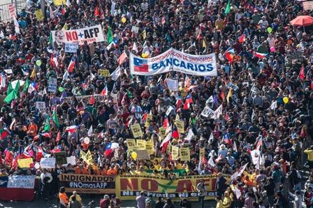 """(160821) -- SANTIAGO, agosto 21, 2016 (Xinhua) -- Manifestantes participan en la multitudinaria marcha nacional """"No Más AFP"""" convocada por la Coordinadora Nacional de """"No Más AFP"""" y otras organizaciones sociales, en Santiago, capital de Chile, el 21 de agosto de 2016. La marcha tiene como objetivo fundamental rechazar el funcionamiento de las Administradores de Fondos de Pensiones (AFP), y como principales demandas, crear un sistema de Seguridad Social, de reparto, solidario y financiamiento tripartito (trabajadores, empresas y Estado), que pague pensiones que alcancen para vivir bien a los jubilados y rechazar el funcionamiento de las AFP, según los organizadores. (Xinhua/Jorge Villegas) (jv) (ah) (fnc)"""