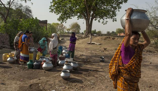 mujeres cargan agua-xinhua india
