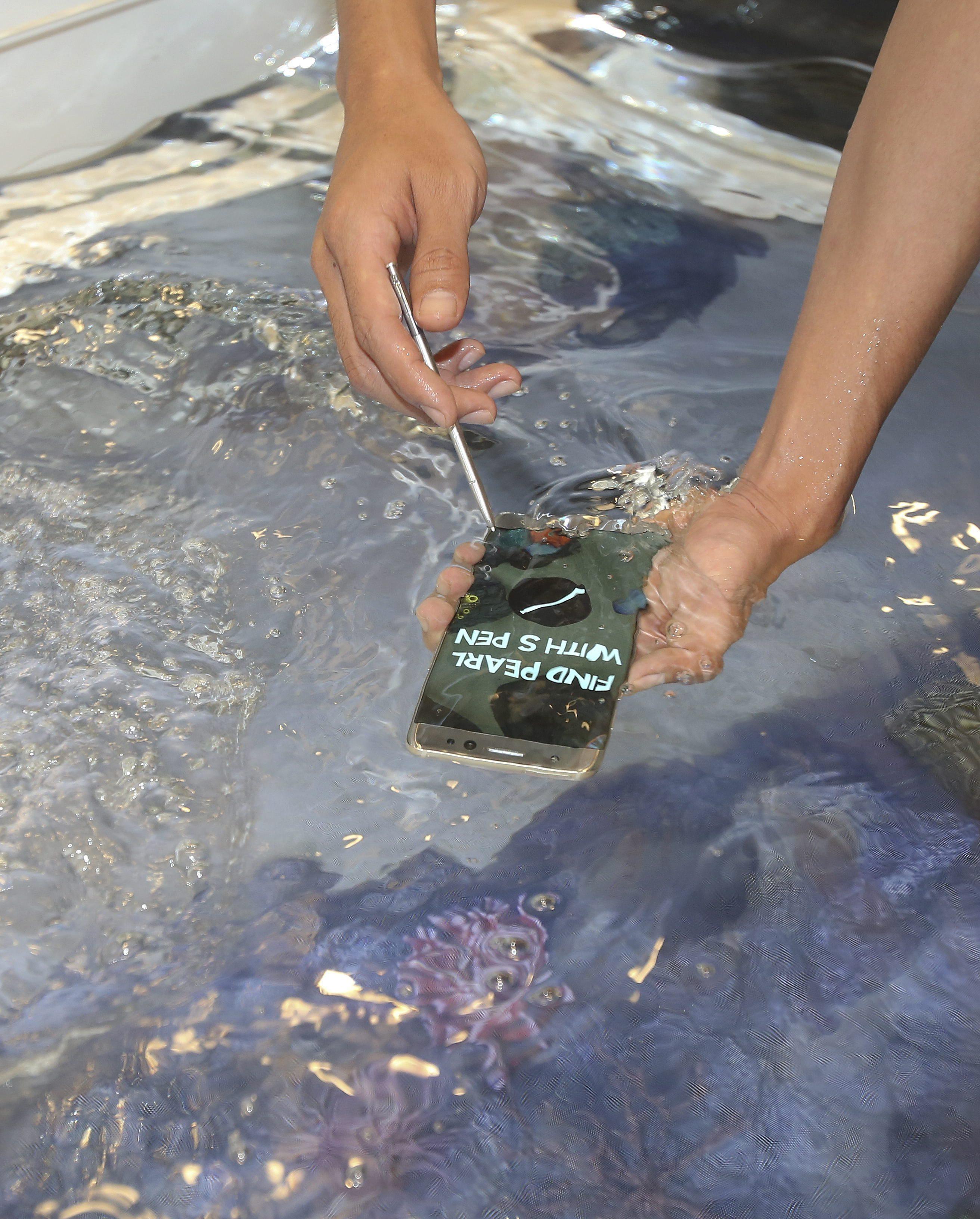KHC09 SEÚL (COREA DEL SUR) 11/08/2016.- Un hombre prueba bajo el agua el Galaxy Note 7, el nuevo tabléfono de la compañía, un híbrido de tableta y teléfono móvil, en la sede de Samsung en Seúl (Corea del Sur) hoy, 11 de agosto de 2016. El Galaxy Note 7, un tabléfono resistente al agua, ha suscitado mucho interés en el mercado y ya se permite su reserva desde el 6 de agosto de 2016. El nuevo dispositivo saldrá a la venta el próximo 19 de agosto en Corea del Sur. EFE/Kim Hee-Chul
