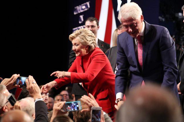 MCX322. HEMPSTEAD (NY, EE.UU.), 26/09/2016.- La candidata demócrata a la Presidencia de Estados Unidos Hillary Clinton (c) y el exmandatario Bill Clinton (d) saludan al público tras el primer debate de aspirantes a la Casa Blanca hoy, lunes 26 de septiembre de 2016, en la Universidad Hosfra de Hempstead, Nueva York (EE.UU.). EFE/ANDREW GOMBERT