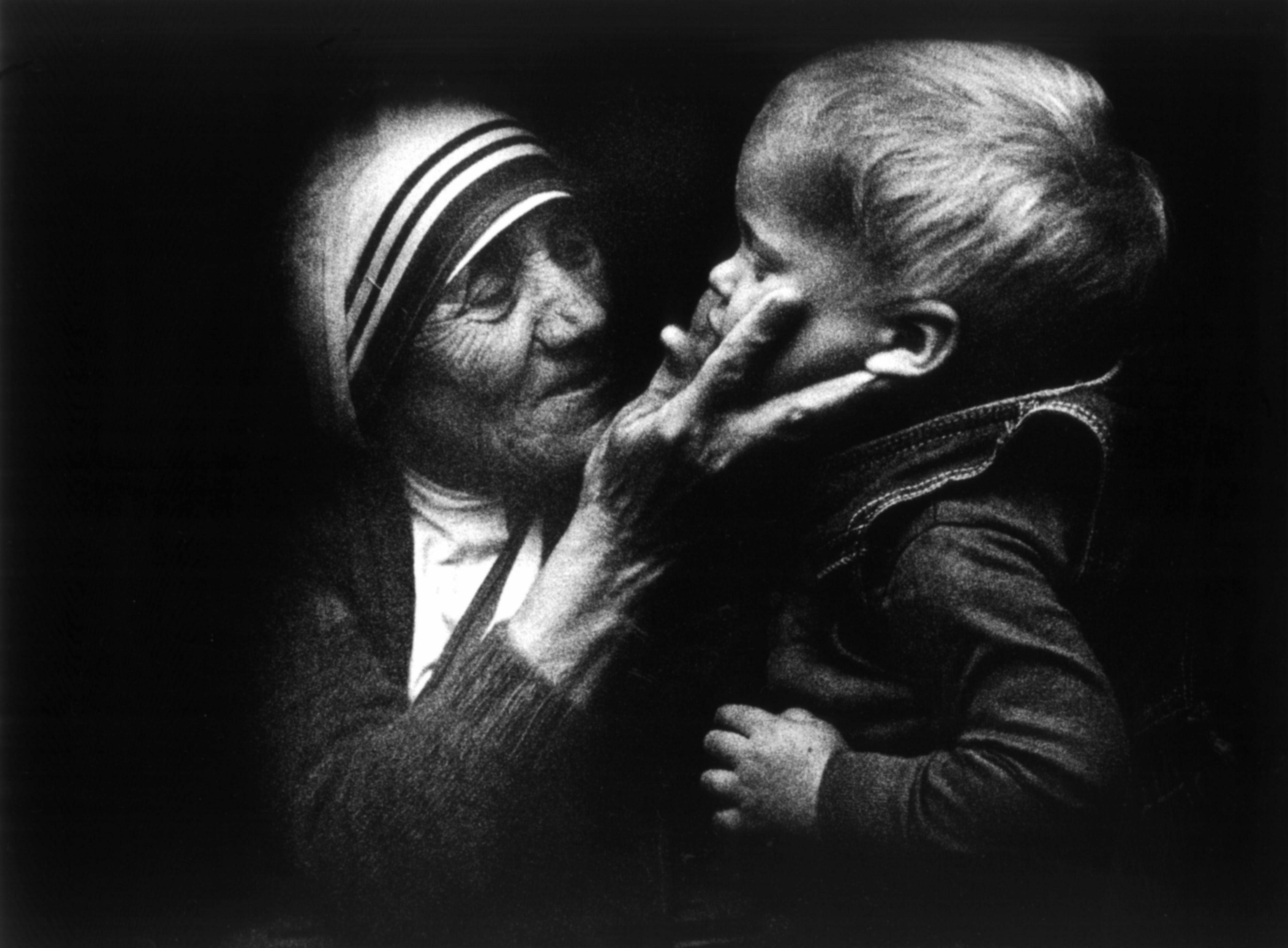 WAR01 VARSOVIA (POLONIA) 01/09/2016.- Fotografía de archivo de fecha desconocida que muestra a la Madre Teresa de Calcuta junto a un niño polaco durante una visita a Polonia. La Madre Teresa, nacida el 26 de agosto de 1910 y fallecida el 5 de septiembre de 1997, será canonizada el próximo 4 de septiembre de 2016 en el Vaticano por el papa Francisco. EFE/Tomasz Gzell PROHBIDO SU USO EN POLONIA