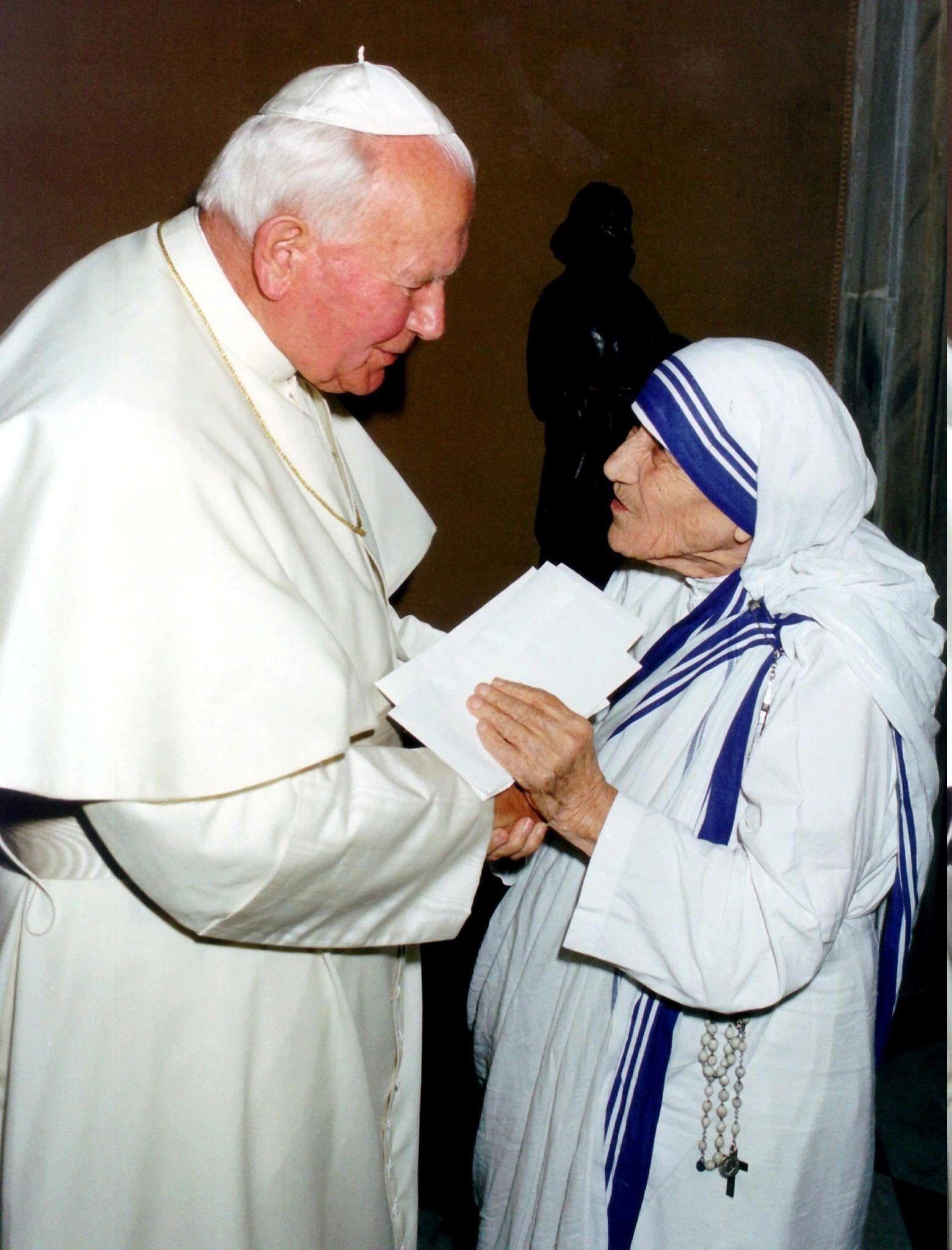 VAT02 VATICANO 01/09/2016.- Fotografía de archivo tomada el 20 de mayo de 1997 que muestra al papa Juan Pablo II (i) que sostiene la mano de la Madre Teresa de Calcuta durante una reunión en el Vaticano. La Madre Teresa, nacida el 26 de agosto de 1910 y fallecida el 5 de septiembre de 1997, fue beatificada en 2003 por el papa Juan Pablo II y será canonizada el próximo 4 de septiembre de 2016 en el Vaticano por el papa Francisco. EFE/Vatican Pool