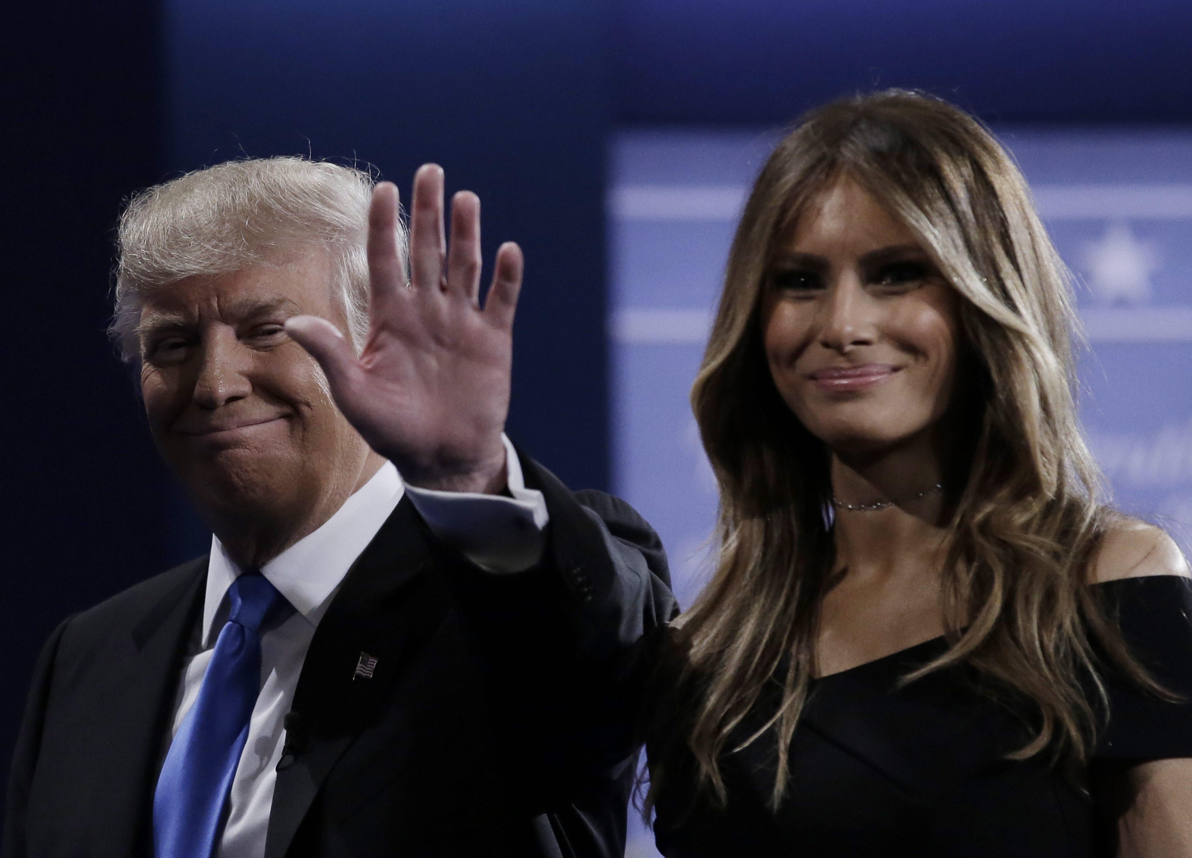 MCX322. HEMPSTEAD (NY, EE.UU.), 26/09/2016.- El candidato republicano a la Presidencia de Estados Unidos Donald Trump (i) y su esposa, Melania (d), tras el primer debate de aspirantes a la Casa Blanca hoy, lunes 26 de septiembre de 2016, en la Universidad Hosfra de Hempstead, Nueva York (EE.UU.). EFE/PETER FOLEY