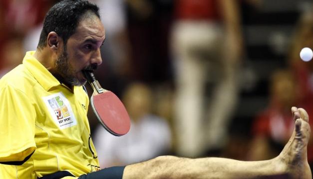 Conquista al mundo por su habilidad de jugar tenis de mesa sin manos