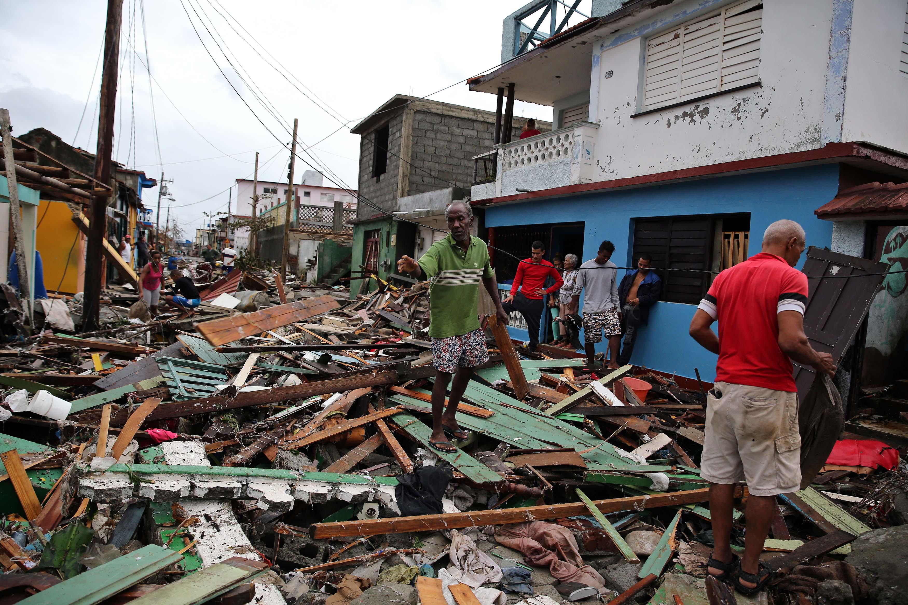 CUB01. BARACOA (CUBA),05/10/16.- Cubanos se recuperan hoy, miércoles 5 de octubre de 2016, de los destrozos y estragos causados por el paso del huracán Matthew en Baracoa, provincia de Guantánamo (Cuba). El huracán Matthew dejó a su paso por Cuba graves destrozos en el extremo oriental de la isla, con derrumbes de viviendas totales y parciales, postes de electricidad tumbados y carreteras cortadas por las inundaciones, que han incomunicado totalmente varios municipios. EFE/ALEJANDRO ERNESTO