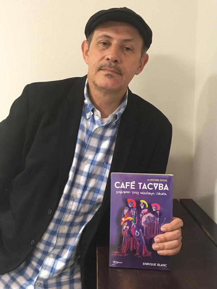 """MEX09. CIUDAD DE MÉXICO (MÉXICO), 01/10/2016.- Fotografía sin fecha cedida hoy, sábado 1 de octubre de 2016, por Editorial Planeta del periodista Enrique Blanc posando con el libro """"Bailando por nuestra cuenta"""" en Ciudad de México (México). Los detalles de cómo vivieron los últimos 25 años, o al menos cómo recuerdan haberlos vivido, son la sustancia de """"Bailando por nuestra cuenta"""", la historia oficial de la banda mexicana Café Tacvba, escrita por Enrique Blanc. """"Fue un cansado ejercicio de memoria para recordar cómo fue todo desde el principio; a veces uno recordada una anécdota y el otro preguntaba si eso de verdad ocurrió, pero todo lo hice con la complicidad del grupo"""", cuenta Blanc en entrevista con Efe. EFE/EDITORIAL PLANETA/SOLO USO EDITORIAL"""