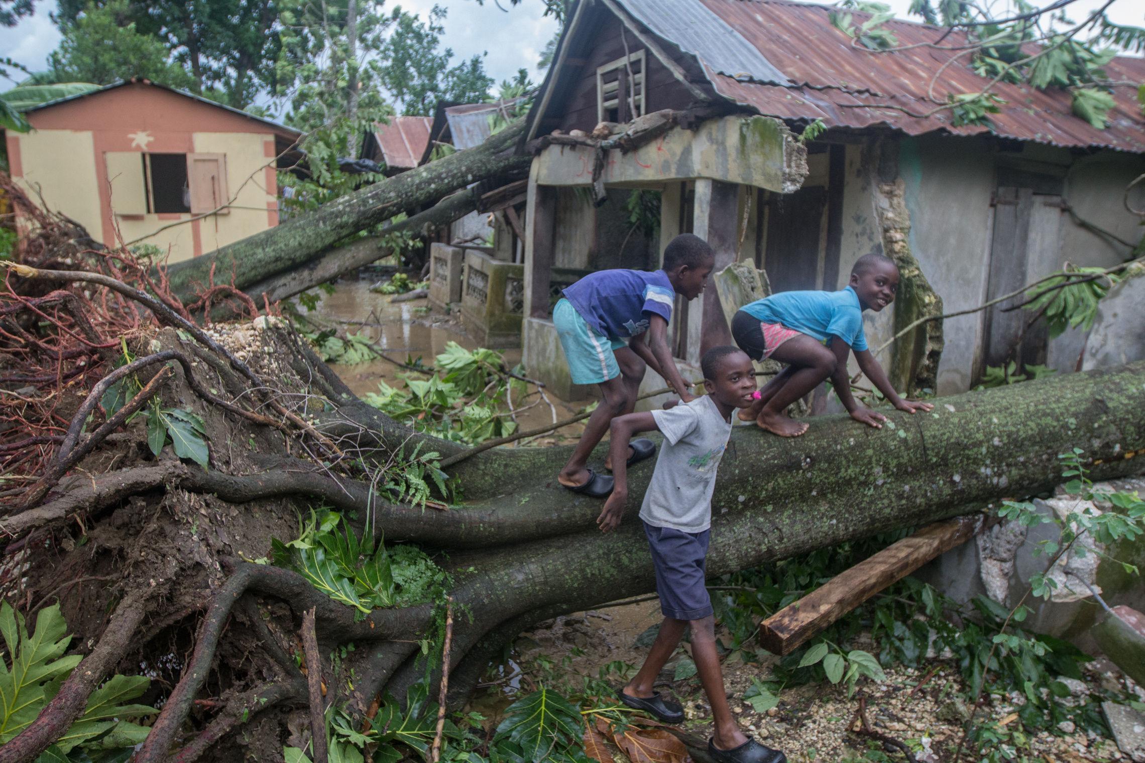 CORRIGE UBICACIÓN. HAI07 - Lakil de Léogâne (HAITÍ), 10/05/2016- Aspecto de una vivienda afectada por los fuertes vientos y la lluvia hoy, miércoles 5 de octubre de 2016, un día después del paso del huracán Matthew en Lakil de Léogâne (Haití). El huracán Matthew tocó tierra ayer en Haití dejando a su paso al menos nueve muertos, miles de desplazados y comunidades incomunicadas, principalmente en el suroeste de la nación caribeña. EFE/ Bahare Khodabande