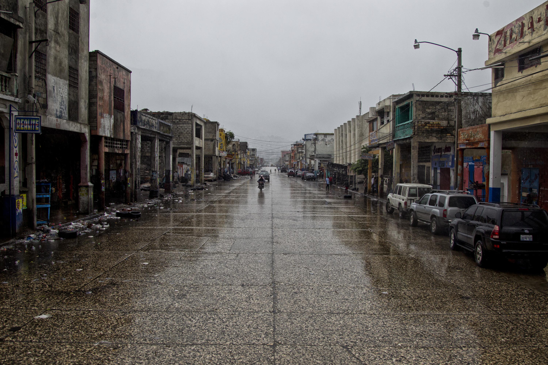 """(161006) -- PUERTO PRINCIPE, octubre 6, 2016 (Xinhua) -- Imagen cedida por el Fondo de Naciones Unidas para la Infancia (UNICEF, por sus siglas en inglés) del 4 de octubre de 2016 de una calle con poco tránsito durante el primer día del paso del huracán """"Matthew"""", en el centro de la cidad de Puerto Príncipe, capital de Haití. El huracán """"Matthew"""" de categoría 4, afectó el martes Haití desplazándose con vientos de hasta 320km por hora, destruyendo viviendas y caminos y arrancando árboles. El huracán """"Matthew"""" ha dejado al menos 108 muertos en Haití, informó el jueves el ministro haitiano de Interior, Francois Anick Joseph. (Xinhua/UNICEF) (jg) (ce) ***CREDITO OBLIGATORIO*** ***NO ARCHIVO-NO VENTAS*** ***SOLO USO EDITORIAL***"""