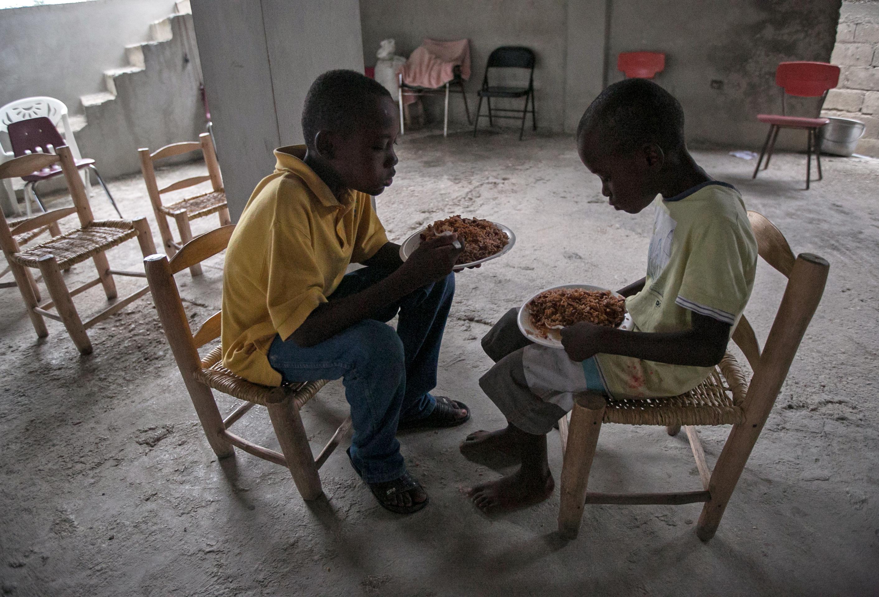 """(161006) -- PUERTO PRINCIPE, octubre 6, 2016 (Xinhua) -- Imagen cedida por el Fondo de Naciones Unidas para la Infancia (UNICEF, por sus siglas en inglés) del 3 de octubre de 2016 de dos niños alimentándose en una iglesia utilizada como refugio temporal antes del paso del huracán """"Matthew"""", en el barrio de Croix des Bouquets, en el este de la ciudad de Puerto Príncipe, capital de Haití. El huracán """"Matthew"""" de categoría 4, afectó el martes Haití desplazándose con vientos de hasta 320km por hora, destruyendo viviendas y caminos y arrancando árboles. El huracán """"Matthew"""" ha dejado al menos 108 muertos en Haití, informó el jueves el ministro haitiano de Interior, Francois Anick Joseph. (Xinhua/UNICEF) (jg) (ce) ***CREDITO OBLIGATORIO*** ***NO ARCHIVO-NO VENTAS*** ***SOLO USO EDITORIAL***"""