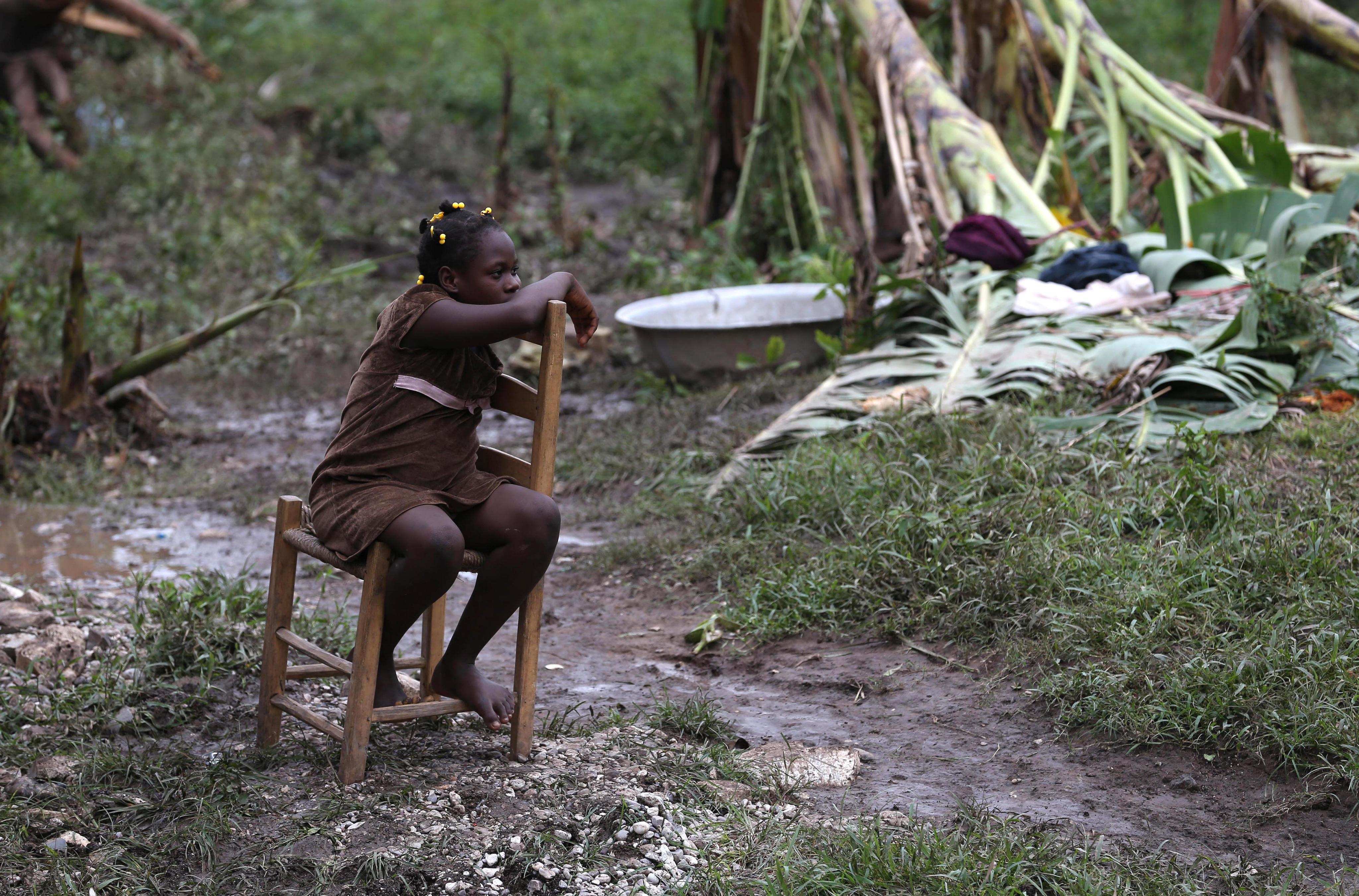 HAI21. LES CAYES (HAITI), 06/10/16.- Una niña es vista hoy, 6 de octubre de 2016, Bergeaud (Haití), tras el paso del huracán Matthew por la isla. Las autoridades de Protección Civil de Haití informaron hoy que aumentó a 264 el número de personas fallecidas como consecuencia del huracán Matthew, que el martes pasado azotó el empobrecido país. EFE/Orlando Barría