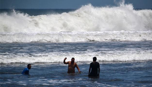 veraneantes-visitan-playa-el-majahual-despues-de-oleaje-fuerte-jahir-m-4