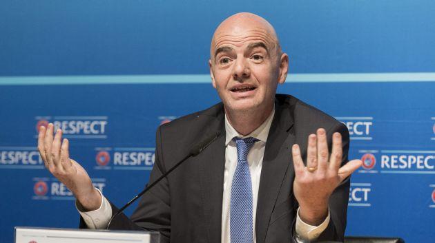 CYR03 NYON (SUIZA) 22/01/2016.- El secretario general de la UEFA y candidato a la presidencia de la FIFA, Gianni Infantino, interviene durante una rueda de prensa celebrada en la sede de la UEFA en Nyon (Suiza), hoy, 22 de enero de 2016. El Comité Ejecutivo de la UEFA acordó este viernes respaldar de forma unánime la candidatura de su secretario general, Gianni Infantino, a las elecciones a la presidencia de la FIFA del próximo 26 de febrero. EFE/Cyril Zingaro