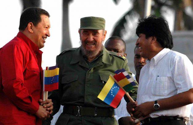 """MADRID, 26/11/2016.- Fotografía de archivo (La Habana (Cuba), 29/04/2006), del líder cubano Fidel Castro (c), junto al presidente de Venezuela Hugo Chávez (izq.), y el presidente de Bolivia Evo Morales (dcha.), durante un multitudinario acto celebrado en la plaza de la Revolución de La Habana, para conmemorar el primer aniversario de la Alternativa Bolivariana para las Américas (ALBA). Fidel Castro ha muerto a los 90 años de edad, a las 10.29 horas de la noche del 25 de noviembre, según ha anunciado su hermano Raúl Castro, y sus restos serán cremados según su """"voluntad expresa"""". EFE/ARCHIVO/Alejandro Ernesto"""