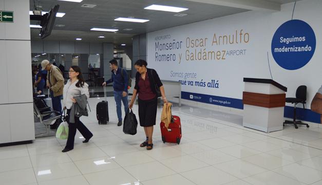 pasajeros-aeropuerto-monsenor-romero