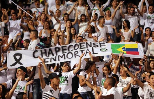 Homenaje en el Estadio Atanasio Girardot a las víctimas del avión siniestrado en Medellín, Colombia, en donde murieron 20 jugadores del club brasileño Chapecoense y su cuerpo técnico. / EFE