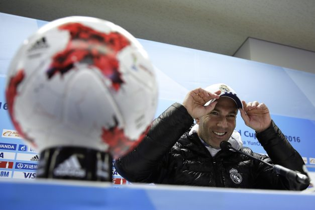 KOT01. Yokohama (Japan), 17/12/2016.- Real Madrid's French head coach Zinedine Zidane smiles during a press conference of the FIFA Club World Cup 2016 in Yokohama, south of Tokyo, Japan, 17 December 2016. Real Madrid will face Kashima Antlers in the final match on 18 December 2016. (Tokio, Mundial de Fútbol, Japón) EFE/EPA/KIYOSHI OTA