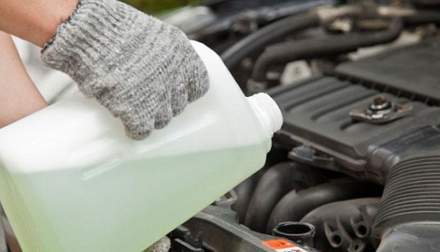 ¿Afecta echar agua al carro en lugar de refrigerante?