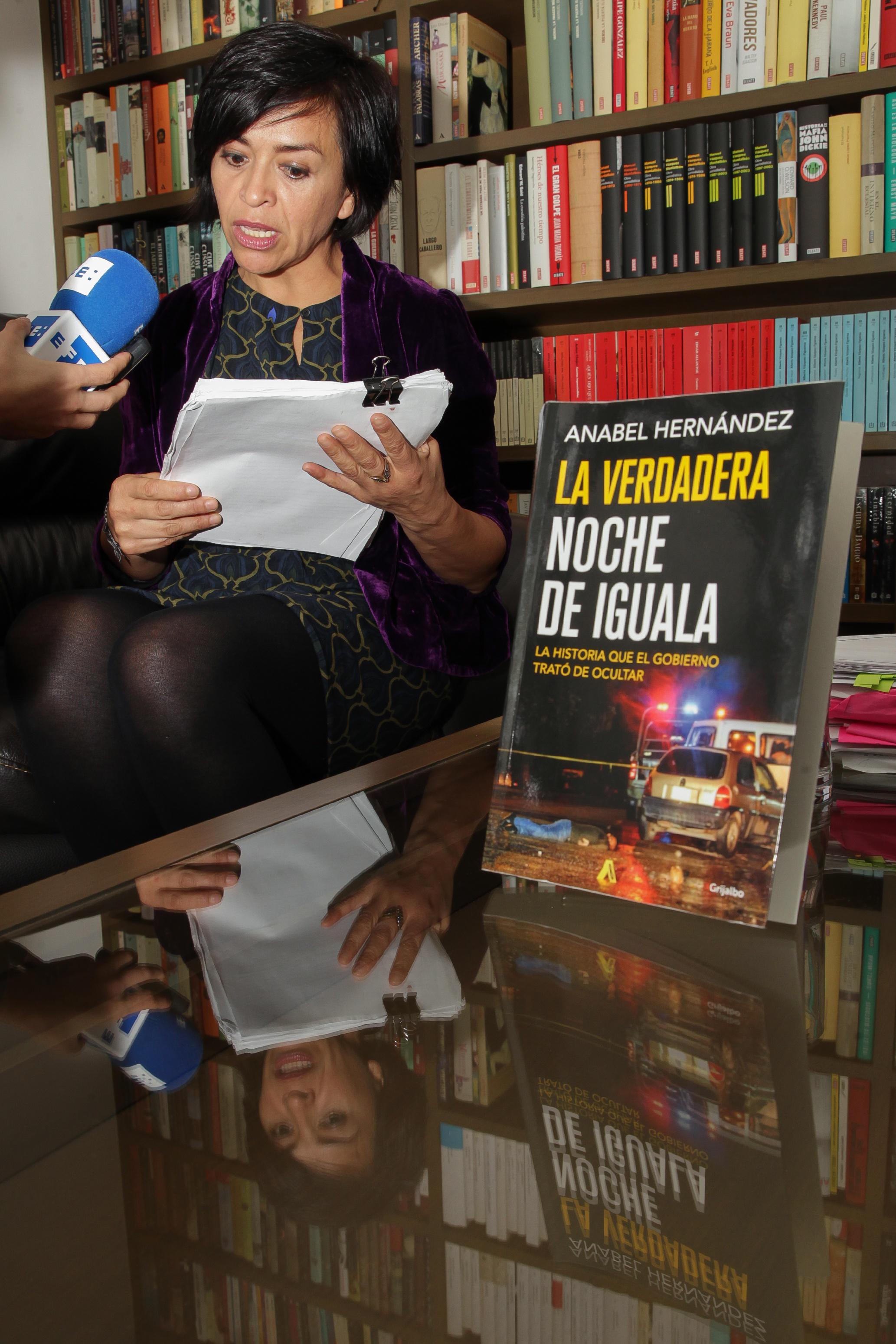"""MEX02. CIUDAD DE MÉXICO (MÉXICO), 16/12/2016.- La periodista Anabel Hernández, autora del libro """"La verdadera noche de Iguala"""", muestra unos documentos hoy, viernes 16 de diciembre de 2016, durante una entrevista con Efe en Ciudad de México (México), donde reveló que un informe de la Visitaduría General (Asuntos Internos) de la fiscalía mexicana relaciona a la propia institución con la tragedia de los 43 estudiantes de Ayotzinapa, y apunta que militares, marinos y policías torturaron para obtener una confesión. La periodista, quien tuvo acceso a los dos informes elaborados por el visitador César Alejandro Chávez Flores, quien renunció en septiembre pasado, destacó que ambos documentos prueban, desde dentro de la propia Procuraduría General de la República (PGR, fiscalía), que el caso está plagado de irregularidades. EFE/Alex Cruz"""