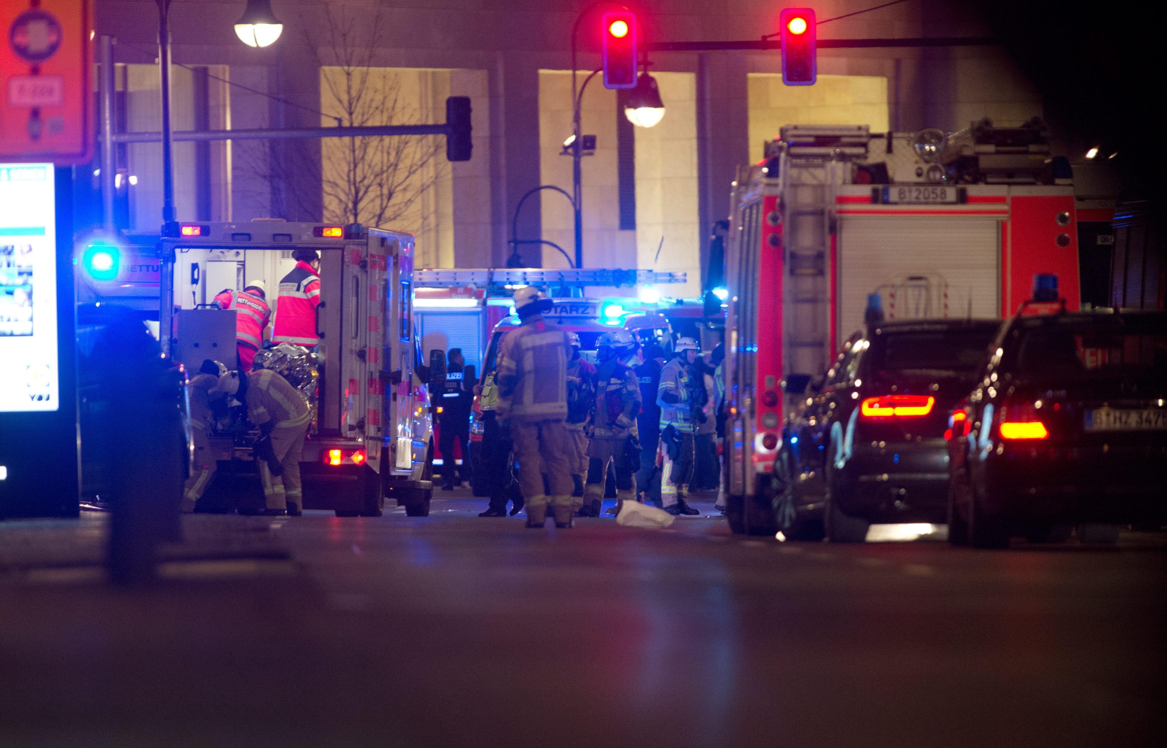 BER11. BERLÍN (ALEMANIA), 18/12/2016.- Equipos de rescate trabajan hoy, lunes 19 de diciembre de 2016, en la zona en la que un camión se estrelló contra un mercado de Navidad, cerca de la iglesia conmemorativa Kaiser Wilhelm en Berlín, (Alemania). Según la policía, un hombre fue reportado muerto por lo que la policía sospecha que se trató de un Ataque deliberado. EFE / PAUL ZINKEN