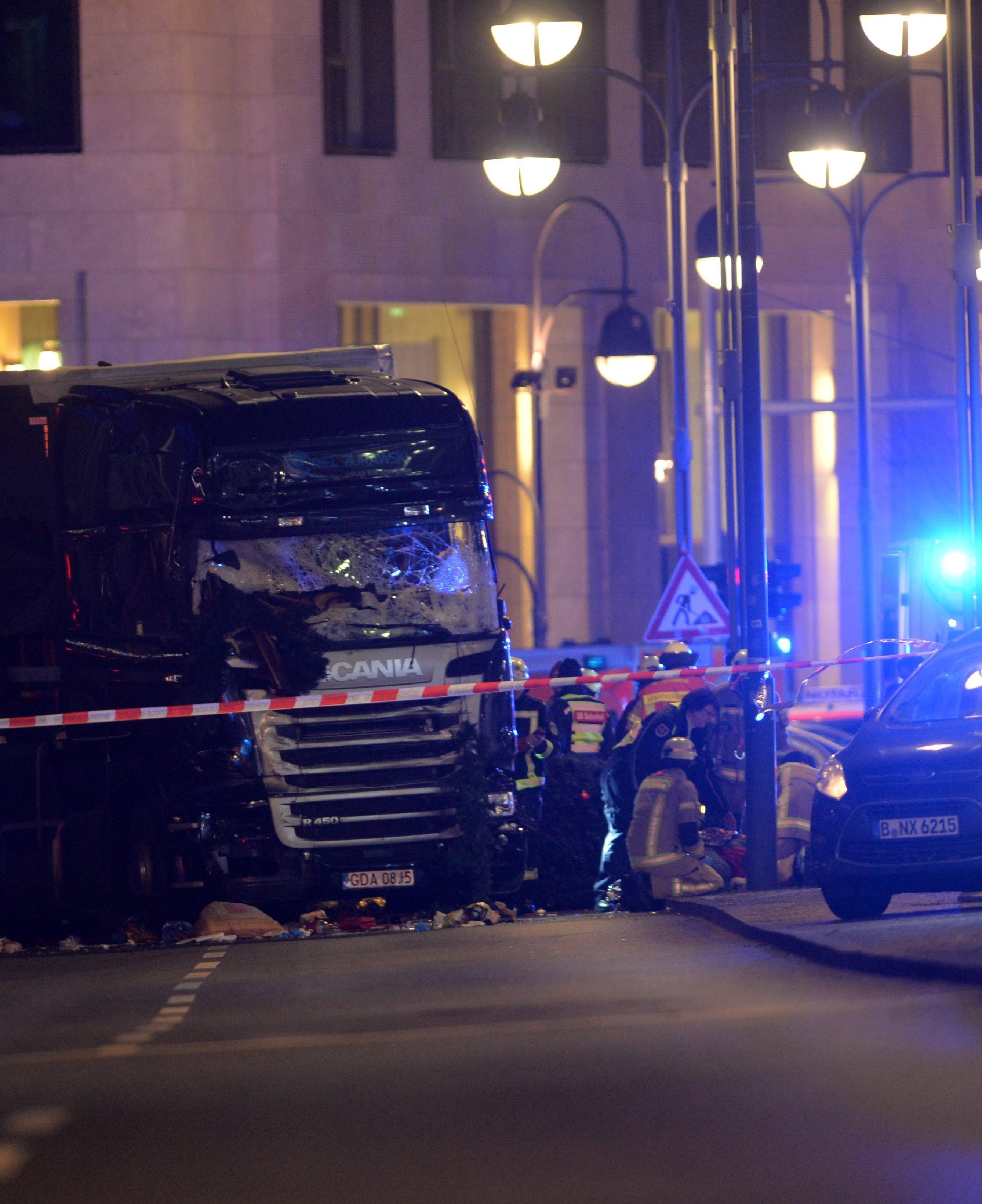 BER12. BERLÍN (ALEMANIA), 18/12/2016.- Equipos de rescate trabajan hoy, lunes 19 de diciembre de 2016, en la zona en la que un camión se estrelló contra un mercado de Navidad, cerca de la iglesia conmemorativa Kaiser Wilhelm en Berlín, (Alemania). Según la policía, un hombre fue reportado muerto por lo que la policía sospecha que se trató de un Ataque deliberado. EFE / PAUL ZINKEN