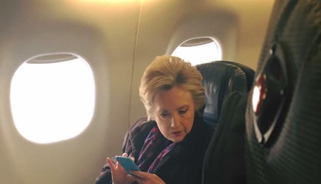 ¿Qué ves de raro en esta foto de Hillary Clinton? Mira bien