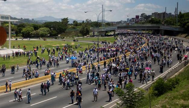 Maduro acusó a opositores de quemar a un joven