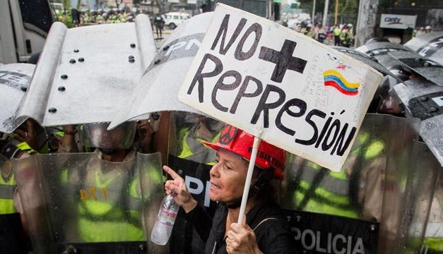 Abuelitos son dispersados con gas, en marcha de Venezuela