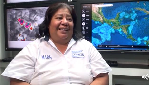 Chica del clima salvadoreña se vuelve meme y responde con mensaje