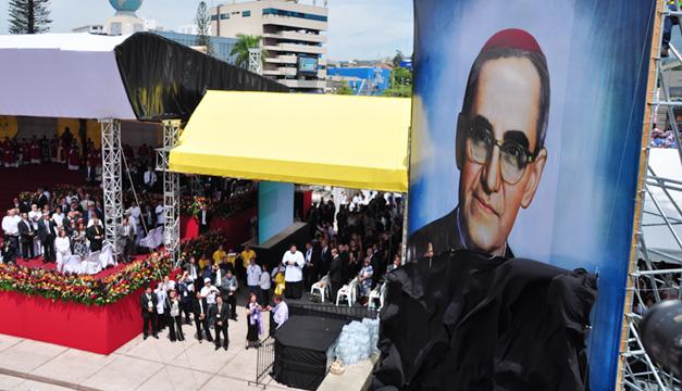 Salvadoreños caminan hoy por beato Romero