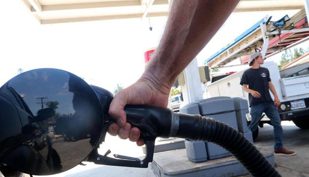 Gasolina sube y petróleo cae por el paso de 'Harvey' en Texas