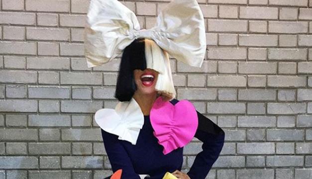 Sia muestra su rostro y un pezón en esta peculiar fotografía ¡Mírala!