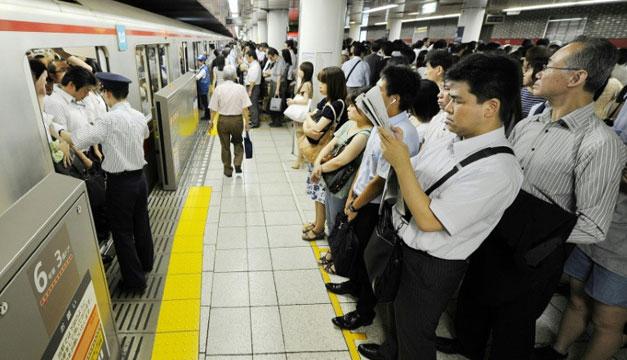 Una aplicación permite ceder el asiento a las embarazadas en el metro de Tokio