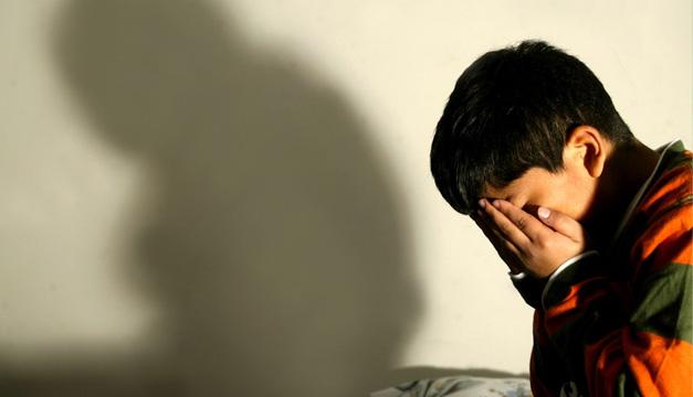 Redes sociales potencian soledad del joven deprimido y aumenta riesgo de suicidio, advierte psiquiatra