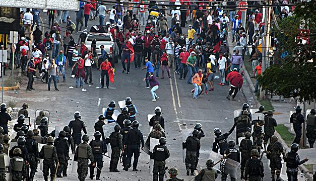 Violentas protestas en Honduras entre seguidores de expresidente Zelaya y militares