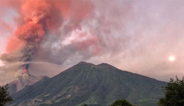 (+VIDEO) Guatemala: Volcán de Fuego aumenta erupción