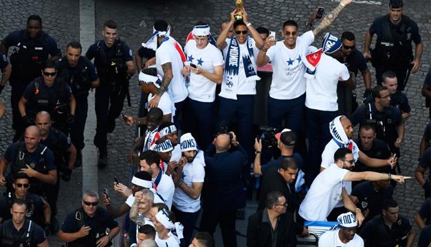 Los campeones del mundo de fútbol desfilan por París en un multitudinario carnaval